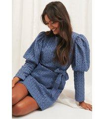 na-kd boho anglaise ls mini dress - blue