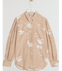 new print! de josh v leena blouse in de kleur nougat cream is gemaakt van een soepele viscose kwaliteit met een all-over print. de blouse heeft een losvallende pasvorm. een mooi detail op de blouse zijn de unieke cuffs. het item sluit door middel van josh v branded emaille knopen.