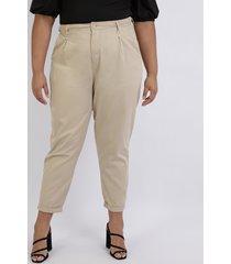 calça feminina plus size mom alfaiatada cintura alta com bolsos bege