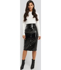 na-kd trend mid length button up pu skirt - black