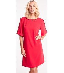 czerwona sukienka z czarnymi zdobieniami