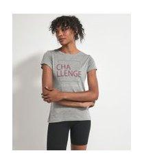 camiseta esportiva manga curta com estampa frontal escrita challenge | get over | cinza | gg