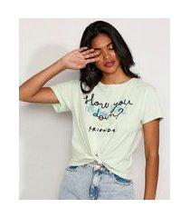camiseta cropped de algodão friends flocada com nó manga curta decote redondo verde claro