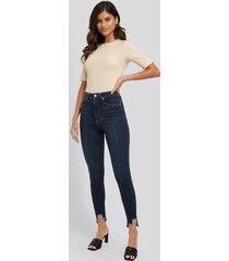 na-kd super high waist asymmetrical hem jeans - blue