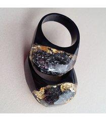 czarny pierścionek z węglikiem krzemu i złotem