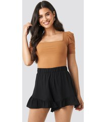 na-kd ruffle shorts - black