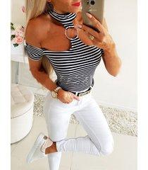 camiseta de manga corta con gargantilla a rayas negras del hombro