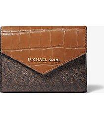 mk portafoglio a bustina medio in pelle stampa coccodrillo con logo - marrone (marrone) - michael kors
