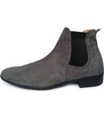 botín chelsea new para hombre outfit gris gamuza