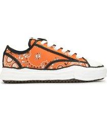 maison mihara yasuhiro bandana-print low-top trainers - orange