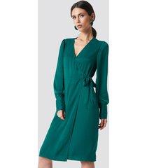 na-kd balloon sleeve wrap over dress - green