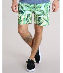 short masculino estampado de folhagem com bolsos verde claro