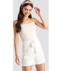 na-kd structured tied waist shorts - white
