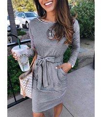 vestido de manga larga con cuello redondo a rayas y diseño de cinturón gris