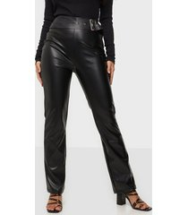 nly trend belted pu pants byxor