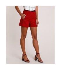 short feminino alfaiatado com cinto texturizado croco vermelho
