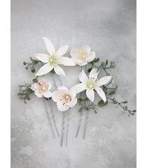białe kwiatowe wsuwki do włosów