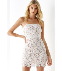yoins vestido blanco sin tirantes con adornos de encaje de ganchillo