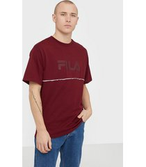 fila men macall dropped shoulder tee t-shirts & linnen cabernet