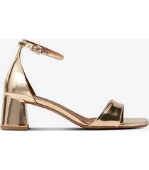 sandalett i guldfärg