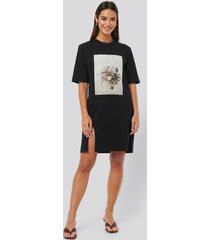 na-kd printed side slit tee dress - black