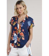 camisa feminina estampada floral com bolso manga curta azul marinho