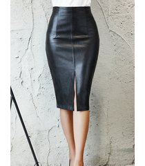 falda de cuero sintético con abertura negra diseño
