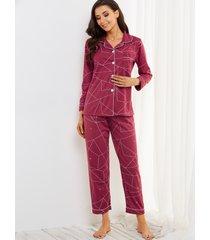 conjunto de pijama de manga larga con bolsillos con botones y estampado geométrico burdeos