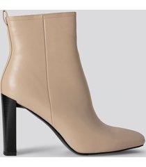 na-kd shoes squared toe slim heel boots - beige