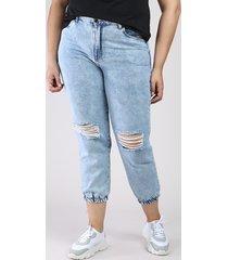 calça jeans feminina mom jogger cintura super alta com rasgos azul claro