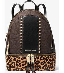 mk zaino rhea medio in pelle effetto cavallino stampa leopardo con logo e borchie - brown multi - michael kors