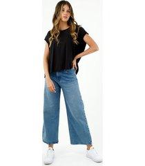 camiseta de mujer, silueta oversized, manga sisa, con corte más largo atrás y abertura, color negro.