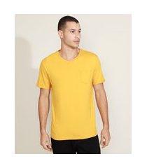 camiseta masculina básica com bolso gola careca gola v amarela