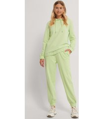 emilie malou x na-kd sweatpants - green
