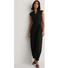 dressing up at home x na-kd jumpsuit med markerad axel - black