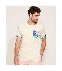 camiseta masculina com bolso estampado floral manga curta gola careca off white