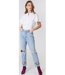 debiflue x na-kd high waist embroidered ankle jeans - blue