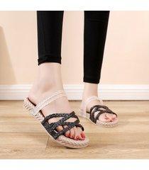 nuevas sandalias de moda para mujer con un par de zapatos de mujer