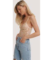 na-kd lingerie bodysuit med v-string, rå kant och spetskupor - nude