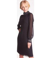 czarna sukienka wizytowa z biżuteryjnymi zdobieniami ametyst