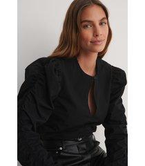na-kd trend draperad, långärmad blus med nyckelringning - black