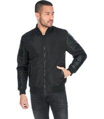 chaqueta negra apliques en polipiel y bolsillos laterales con boton