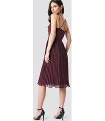 na-kd party cross back pleated midi dress - red