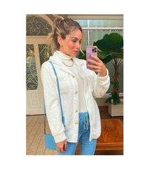 casaco de pelinhos de carneiro estilo camisão sob branco