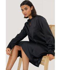 na-kd classic satin pocket blouse - black