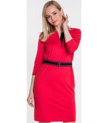 czerwona sukienka z paskiem