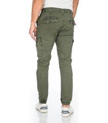 pantalon verde cargo bolsillos laterales y solapa en trasero