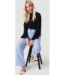 andrea hedenstedt x na-kd high waist front knot pants - blue,multicolor