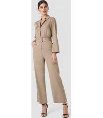 na-kd trend front pocket jumpsuit - beige