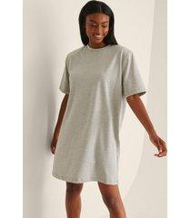 na-kd trend ekologisk t-shirtklänning med axelvaddar - grey